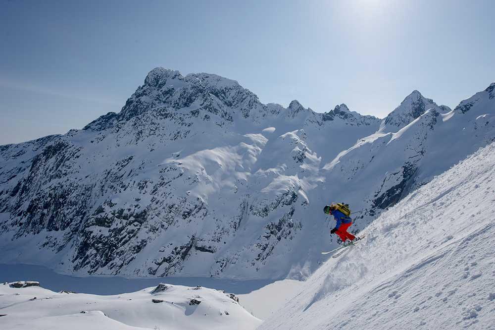 Brandyn-Roark-Gray-skiing
